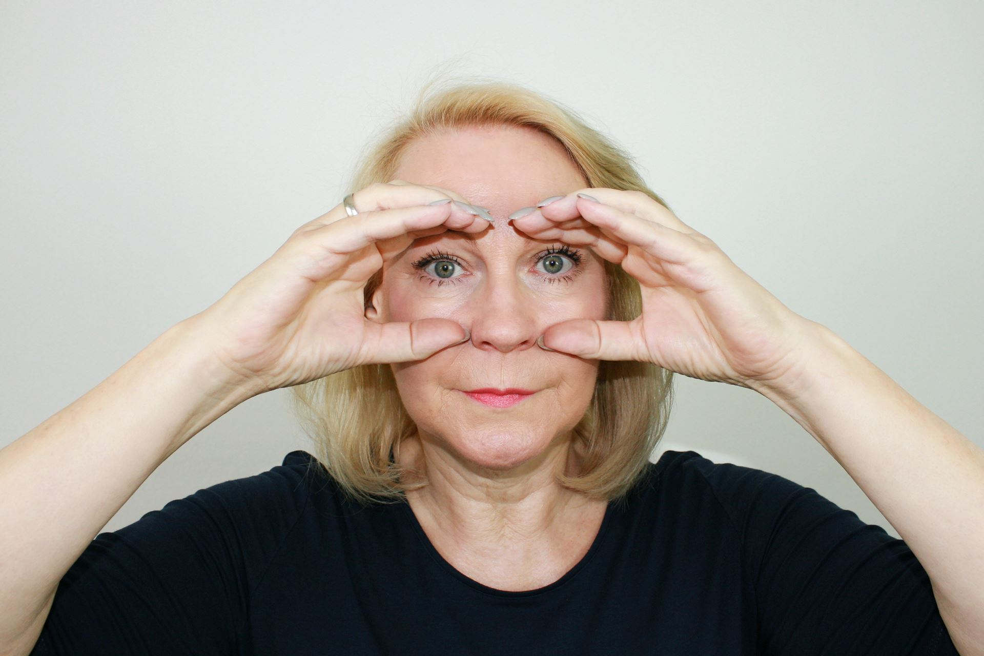 Barbara Face Yoga, binocular pose